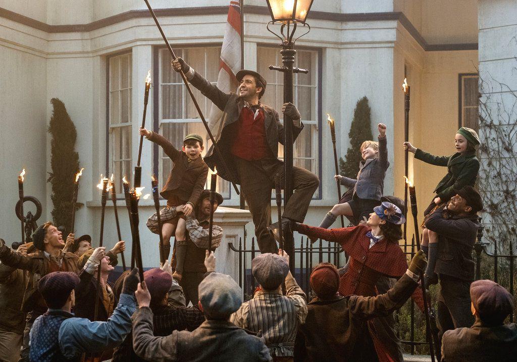 """Lin-Manuel Miranda, centro, y Emily Blunt en una escena de """"Mary Poppins Returns"""" en una imagen proporcionada por Dinsey. (Jay Maidment/Disney via AP)"""