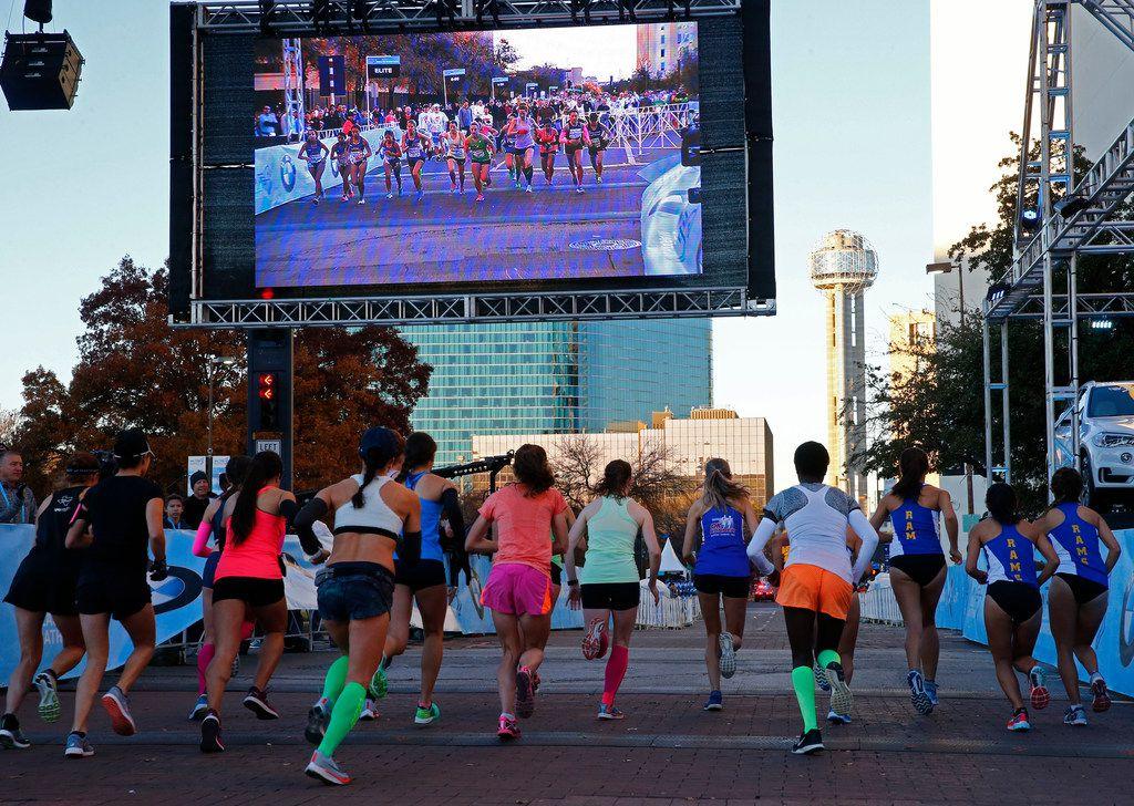 The elite woman's half marathon starts during the BMW Dallas Marathon in downtown Dallas on Dec. 10, 2017.  (Nathan Hunsinger/The Dallas Morning News)