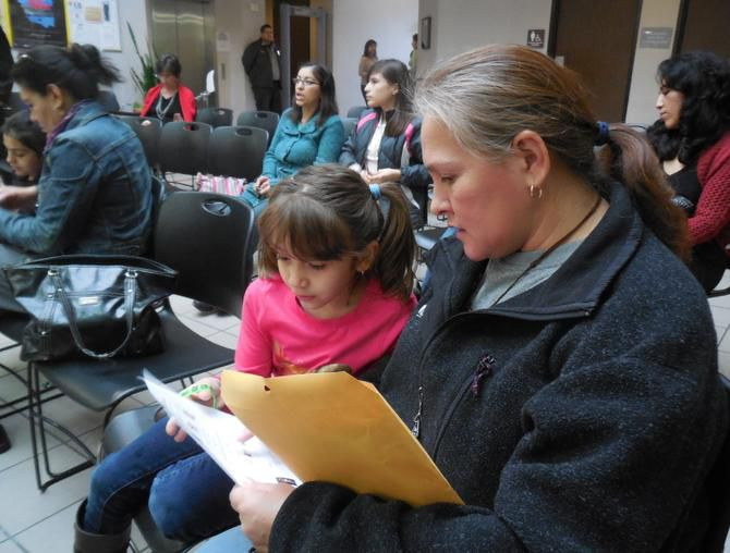 Irma Guitérrez y su hija Alexa de 5 años leen un folleto sobre la nueva ludoteca. (AL DÍA/KARINA RAMÍREZ)