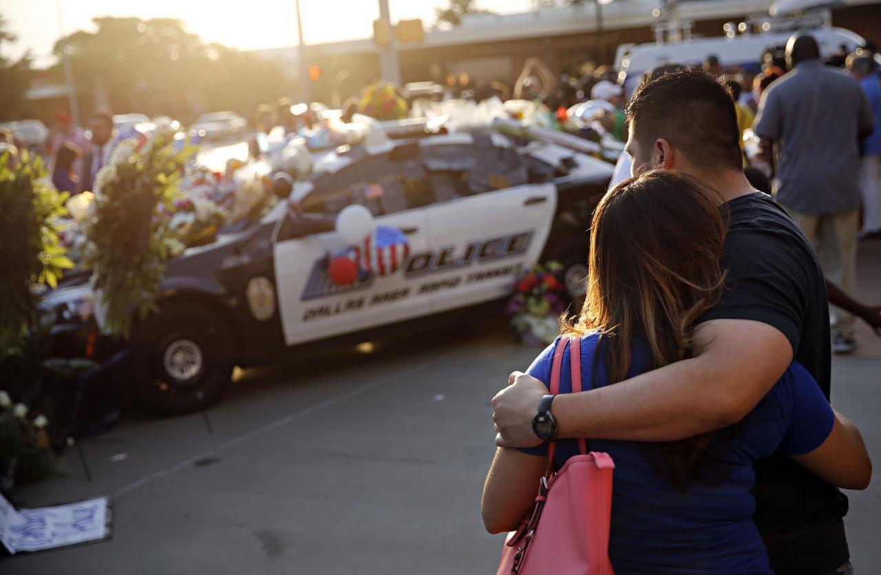 La emboscada del 7 de julio fue trágica pero mostró el lado solidario de los residentes de Dallas. DMN