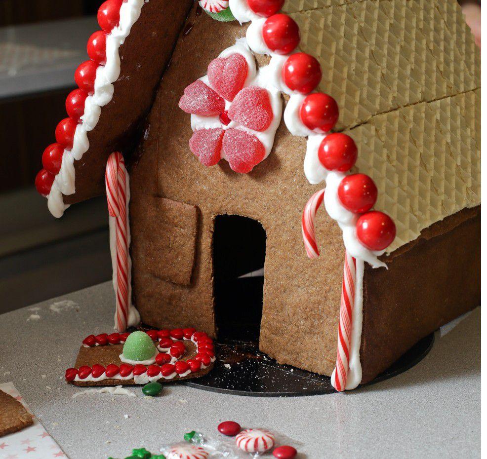 Chicles, gomitas, galletas, cereal, caramelos… las opciones para decorar son infinitas. Asegúrate de tener suficientes piezas para cubrir superficies./AGENCIA REFORMA
