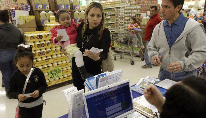 Una familia recibe informes sobre un seguro de salud bajo la Ley de Cuidado de Salud Asequible., en Winston-Salem, N.C. (AP/GERRY BROOME)