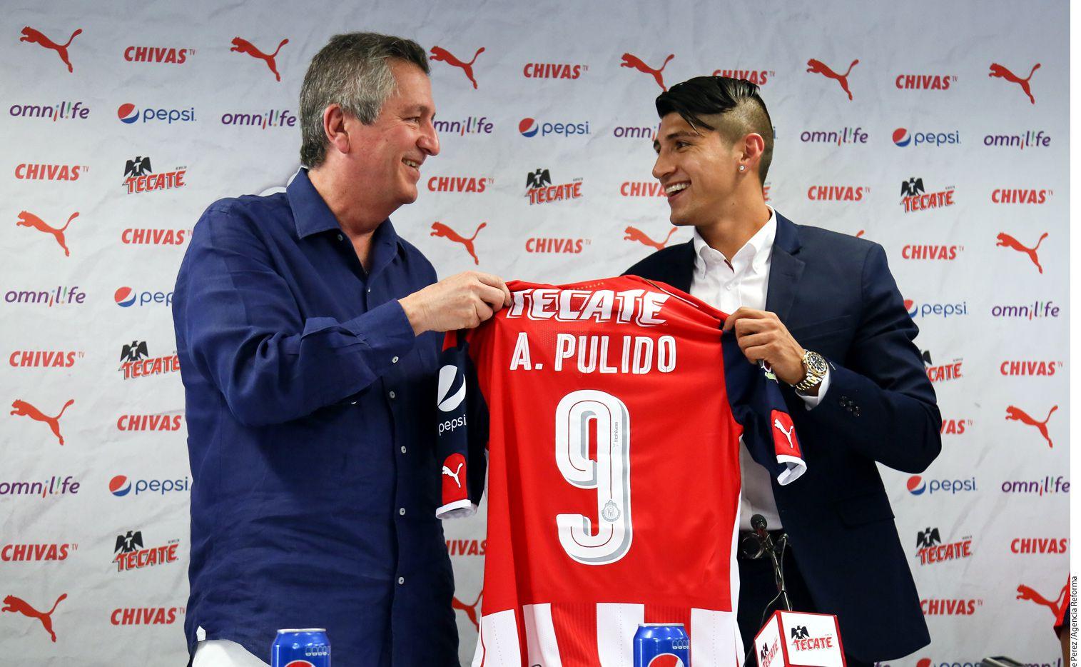 El nuevo delantero de las Chivas, Alan Pulido (der.), fue presentado por Jorge Vergara (izq.) este mediodía en las instalaciones de Verde Valle./AGENCIA REFORMA