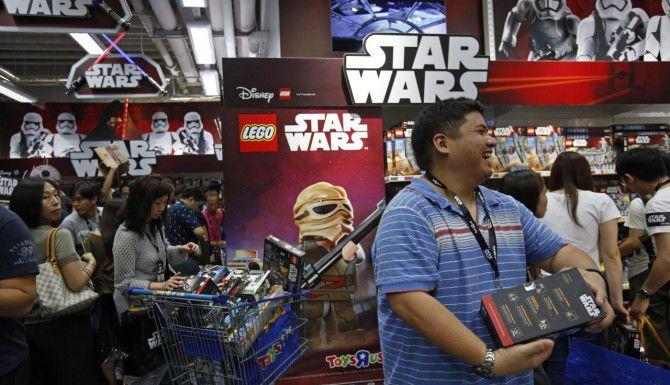 """Los fanáticos de Star Wars salieron a las tiendas en la medianoche en varias partes del mundo por """"Force Friday"""", con la nueva mercancía de juguetes de """"Star Wars"""". (AP/KIN CHEUNG)"""