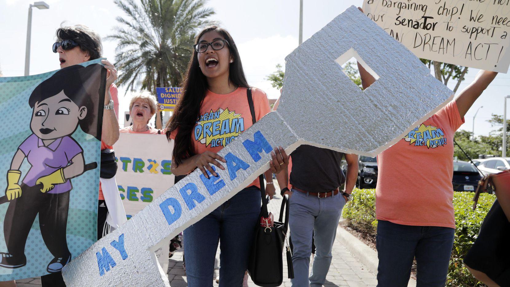 Una manifestante protesta afuera de la oficina del senador de Florida Marco Rubio.(AP)