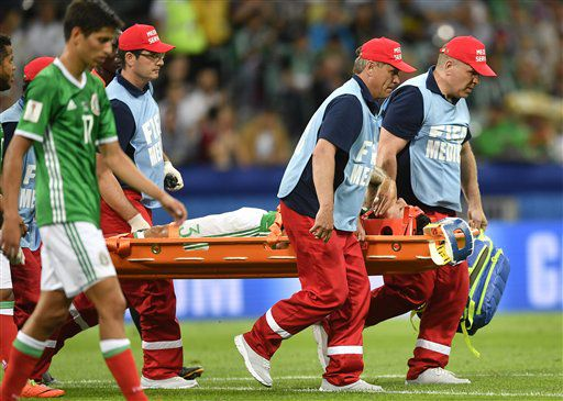 El jugador de México, Carlos Salcedo, es sacado en camilla tras lesionarse en un partido contra Nueva Zelanda por la Copa Confederaciones el miércoles, 21 de junio de 2017, en Sochi, Rusia. (AP Photo/Martin Meissner)