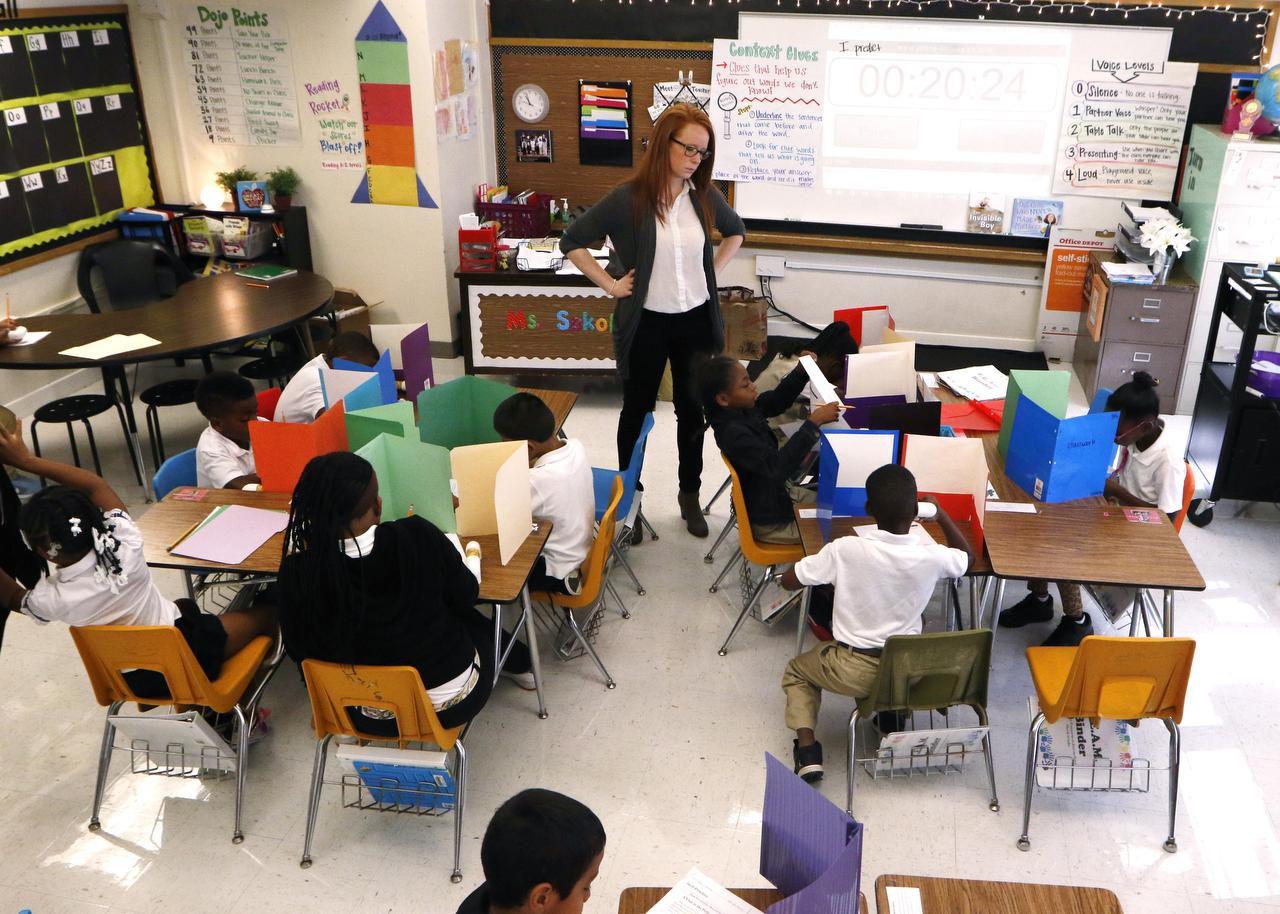 Katie Sokol junto a sus estudiantes de tercer grado en George W. Carver Creative Arts Learning Center, una de las escuelas en problemas que una iniciativa del distrito espera sacar adelante. (DMN/DAVID WOO)
