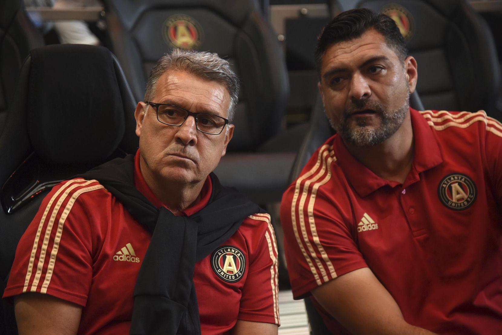 """Gerardo """"Tata"""" Martino (izq.) junto a su asistente en el Atlanta United, Dario Sala. (AP/Annie Rice)"""