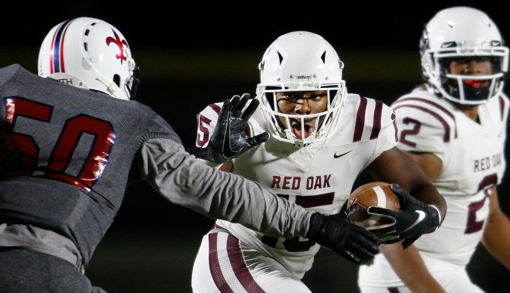 Red Oak running back C.J. Palmer (15) eyes the defense of Dallas Knights defensive tackle Bryant Simmons (50) after taking a handoff from quarterback Joshua Ervin (2) during a first quarter rush. The two teams played their District 6-5A Division ll football game at Sprague Stadium in Dallas on October 11, 2019. (Steve Hamm/ Special Contributor)
