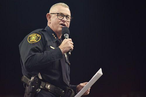 El jefe de policía de DISD Craig Miller habla con los estudiantes de secundaria de Dallas durante el evento See, Say, Do Something organizado por el distrito escolar Dallas en el American Airlines Center el lunes 21 de mayo de 2018. Ben Torres / especial para Al Día.
