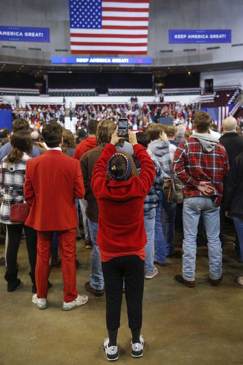 Martha Doss a enregistré une vidéo des orateurs d'ouverture lors d'un rassemblement pour réélire le président Donald Trump à Bossier City, en Louisiane, le 14 novembre 2019. Doss, une star montante des médias sociaux dans les cercles conservateurs, a été envoyée par l'Assemblée nationale républicaine hispanique à créer du contenu sur les réseaux sociaux.