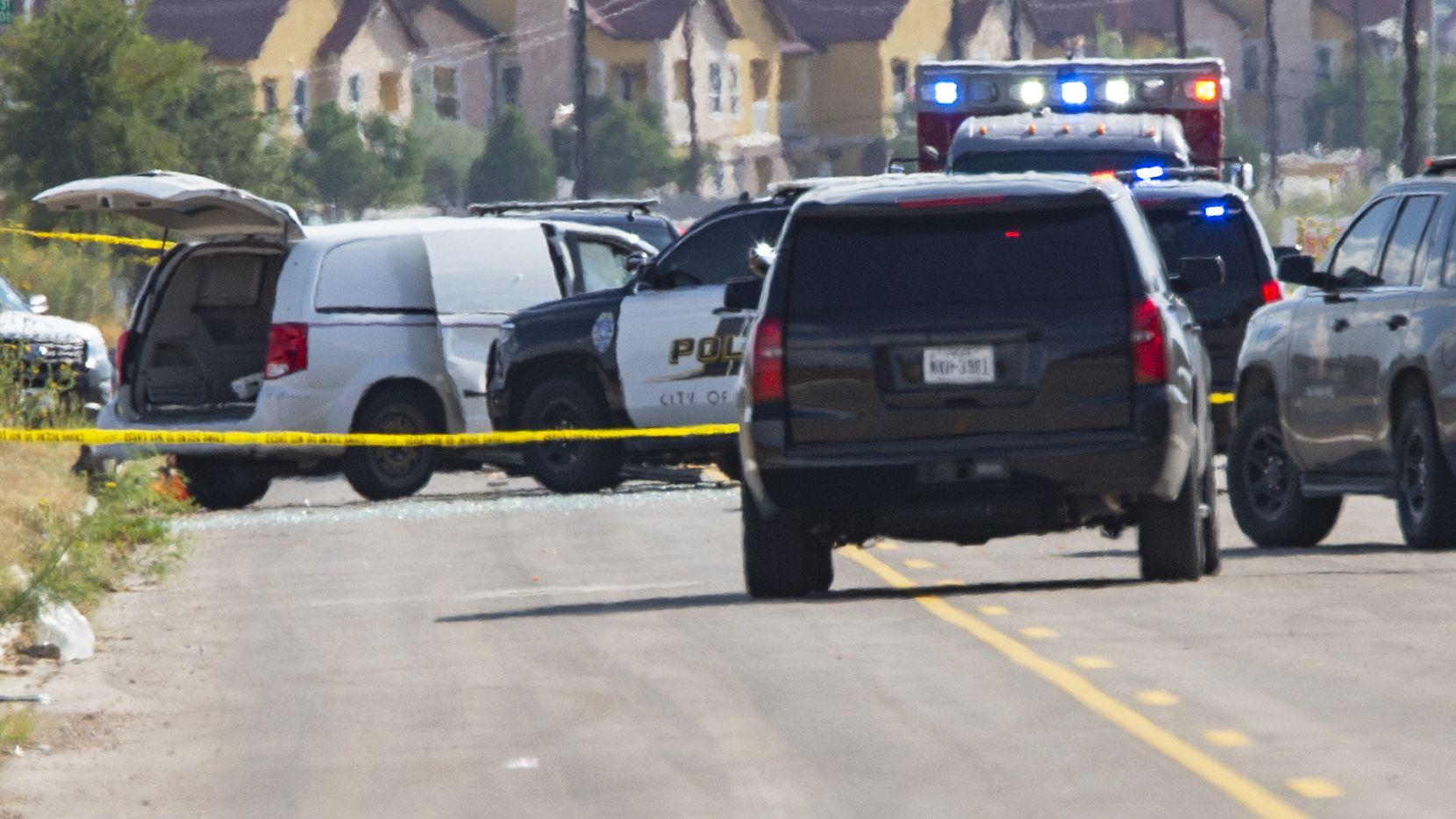 Agentes de policía y del sherif de de Odessa y Midland acordonan una van blanca. Vía MIDLAND REPORTER-TELEGRAM