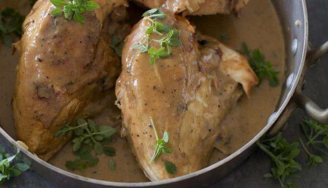 Este pollo se hace en el horno con un salsa de hongos y licor Madeira. (AP/MATTHEW MEAD)