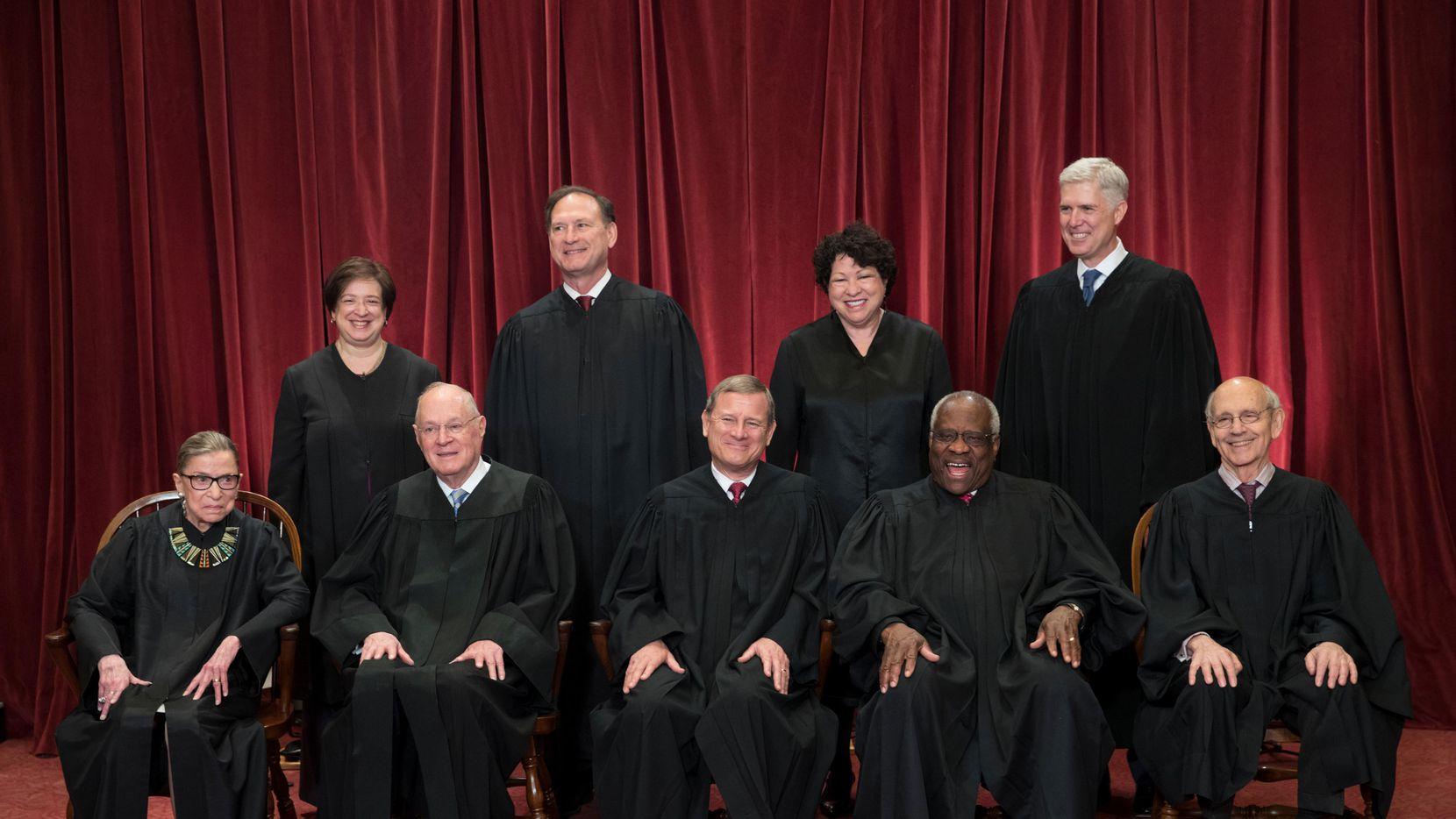 La Corte Suprema en foto oficial: (Arriba, desde la izq.) Elena Kagan, Samuel Alito, Sonia Sotomayor y Neil Gorsuch.(Sentados, desde la izq) Ruth Bader Ginsburg, Anthony Kennedy, John Roberts, Clarence Thomas y Stephen Breyer. (AP/J. SCOTT APPLEWHITE)