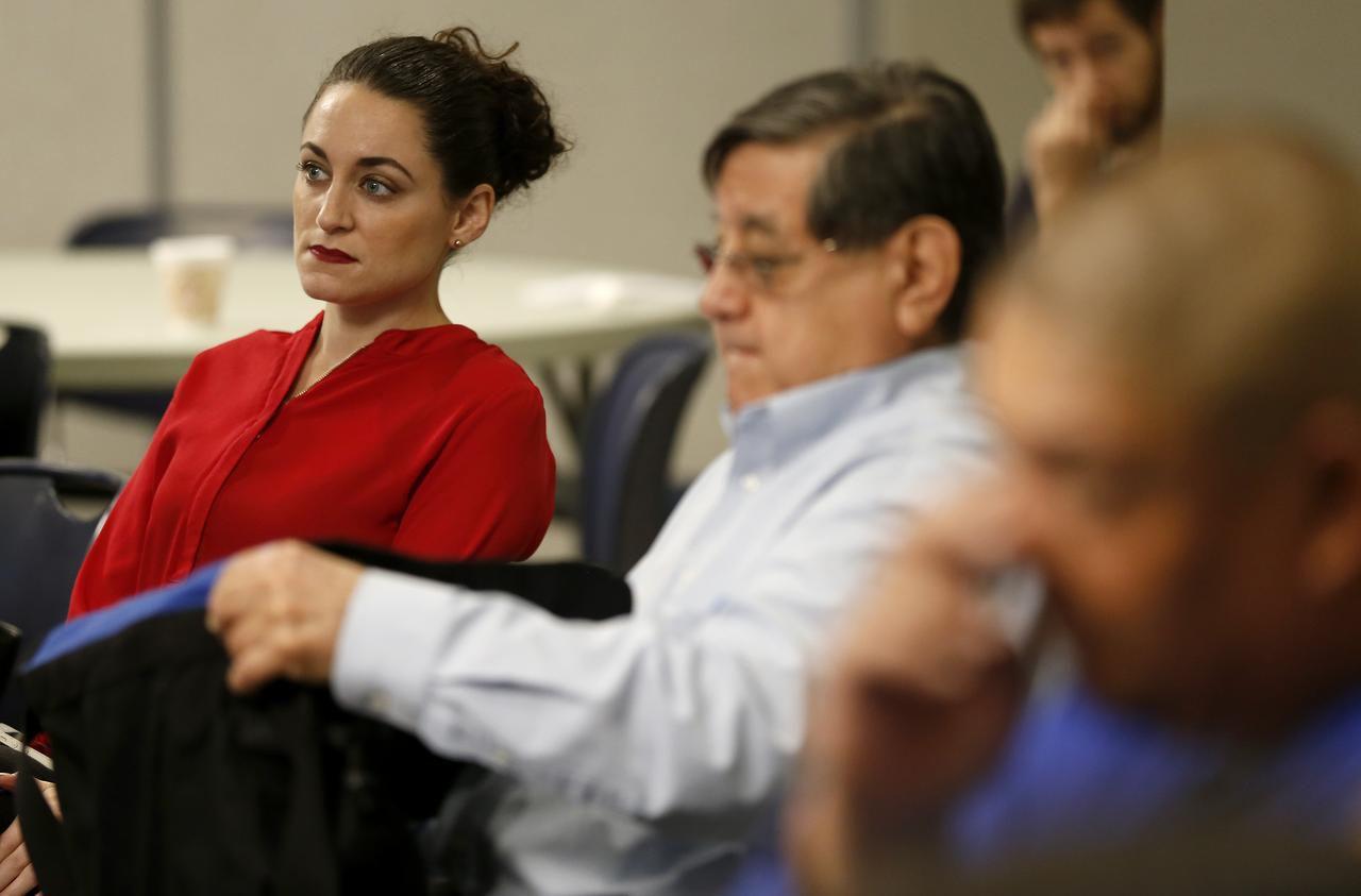 La abogada Nikiya Natale (izq.) de CAIR escucha al abogado Paul Zoltan en un foro migratorio el sábado en Kessler Park United Methodist Church. DMN