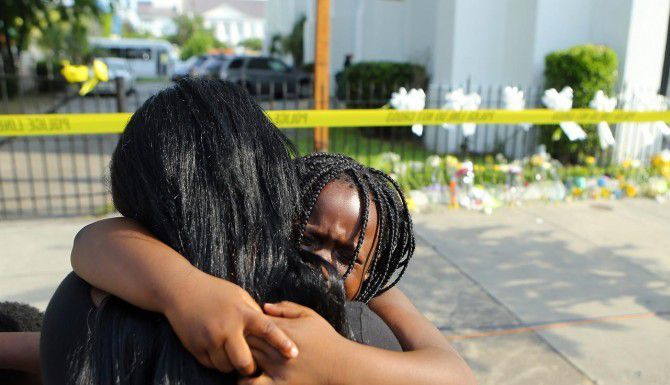 Kearston Farr abraza a su hija de 5 años Taliyah, al pie de la iglesia Emanuel AME, donde asesinaron a nueve personas el miércoles. (AP/CURTIS COMPTON)