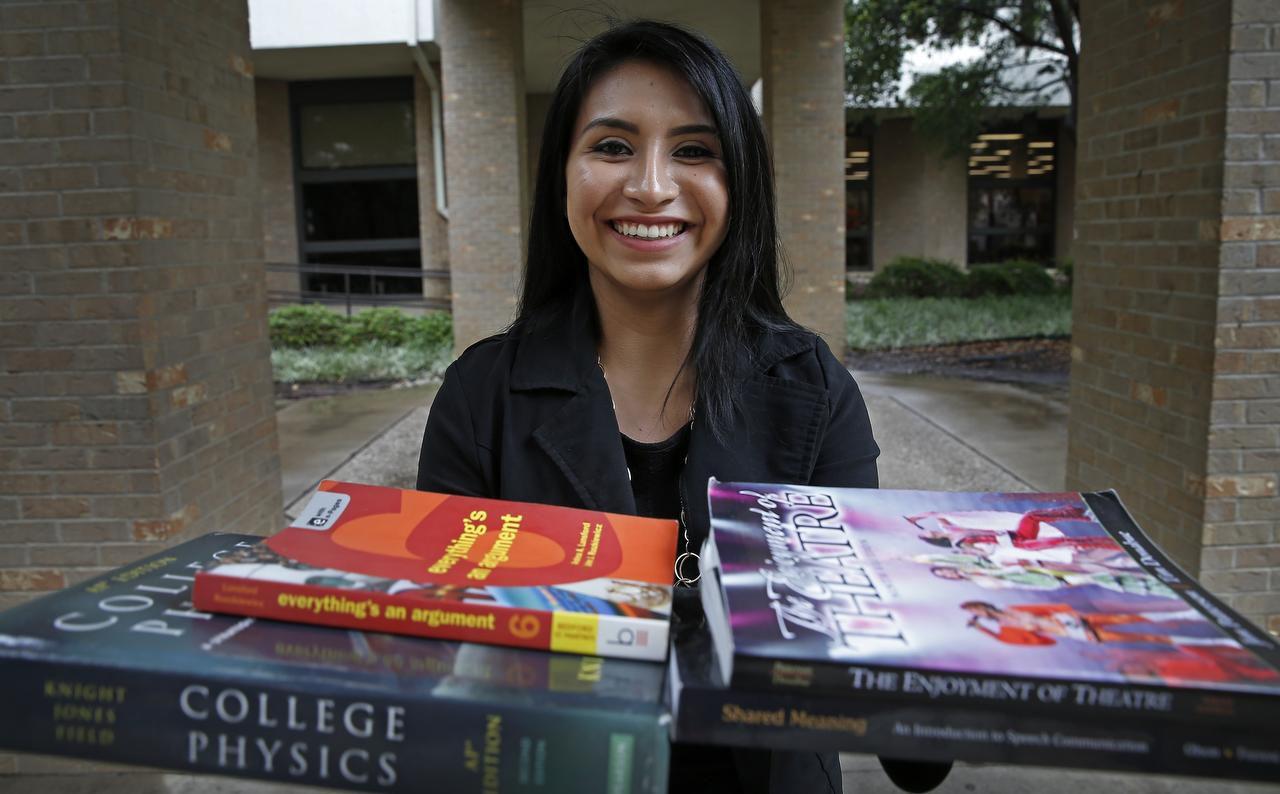 Melisa Simon, de 17 años, muestra los libros que utilizó en el Eastfield College. La joven consiguió recientemente su título asociado y se enroló en un programa para obtener se licenciatura y certificado de maestra en un año. (DMN/JAE S. LEE)