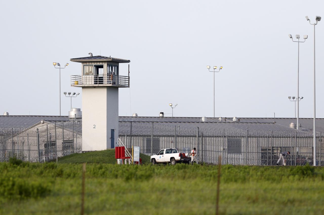 Un recluso realiza labores afuera de la prisión en Huntsville. (ARCHIVO/ROSE BACA)