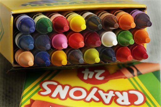 """Crayola anunció el viernes, en el Día Nacional del Creyón, que remplazará el color """"dandelion"""" de su paquete de 24 creyones con un color de """"la familia azul"""". (AP Foto/Richard Drew)"""