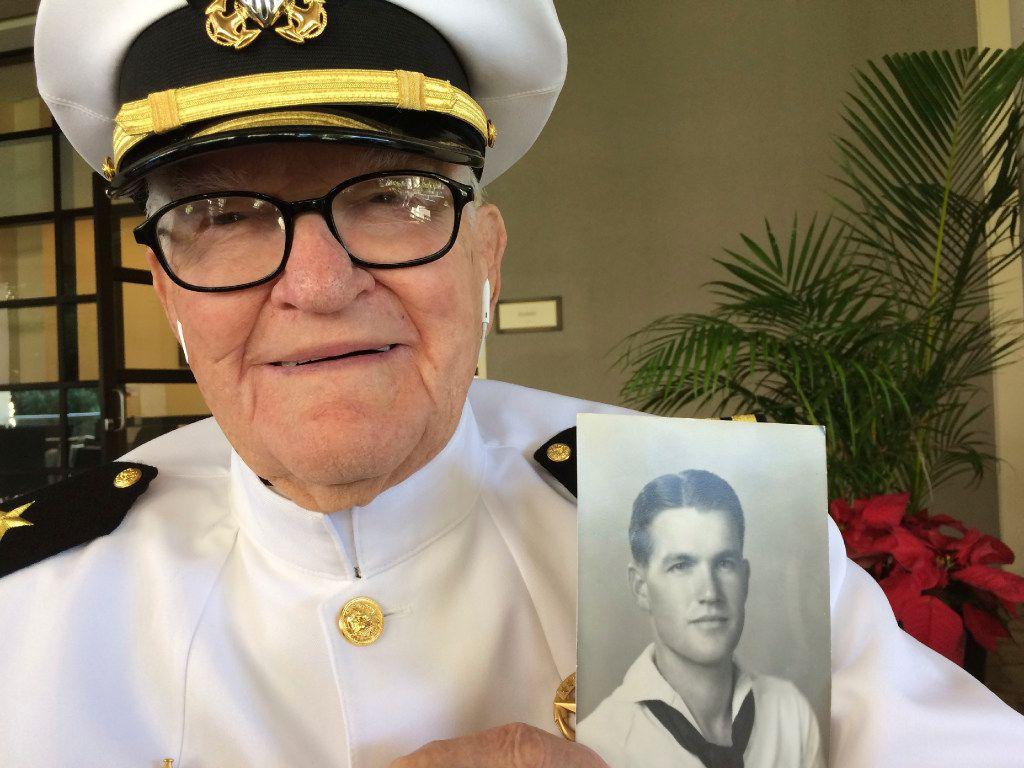 En esta imagen del 5 de diciembre de 2016, Jim Downing, de 103 años, posa con su uniforme de la Marina en Honolulu, con una foto de sí mismo tomada cuando tenía unos 20 años. Downing es uno de las pocas docenas de sobrevivientes del ataque japonés contra Pearl Harbor que tienen previsto reunirse en la base naval de Hawaii el miércoles 7 de diciembre de 2016, para recordar a los caídos hace 75 años. (AUDREY MCAVOY/AP)