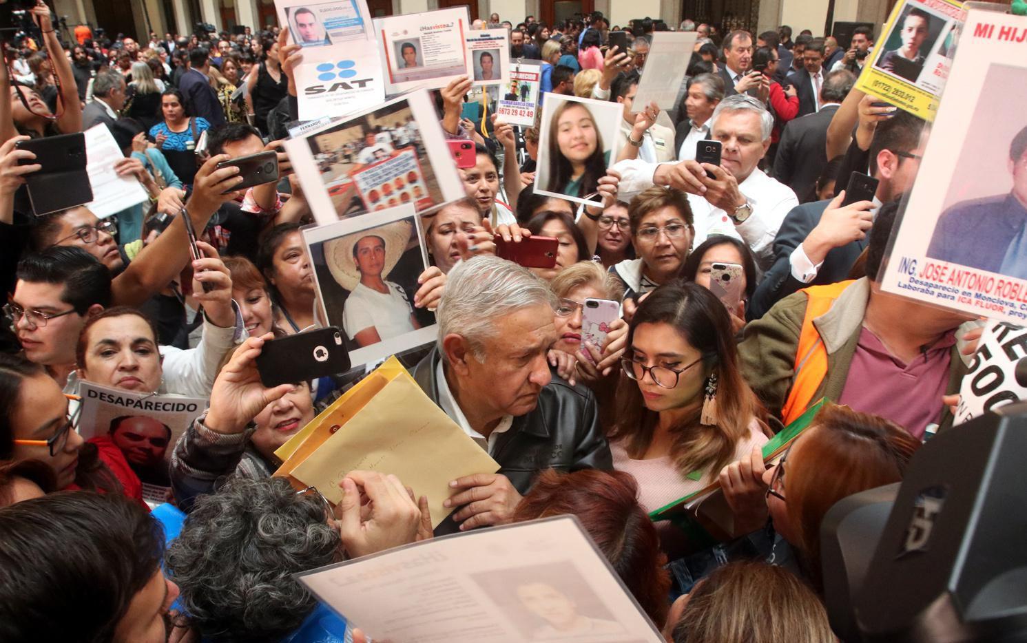 Andrés Manuel López Obrador escucha los reclamos de familiares de personas desaparecidas en México.(AGENCIA REFORMA)