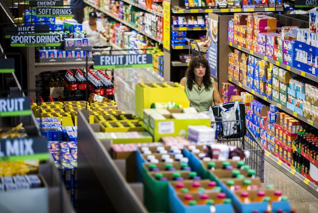 Compradores caminan por un pasillo de una tienda Aldi en Gaston Avenue. Aldi renovó sus tiendas el año pasado. ASHLEY LANDIS/DMN