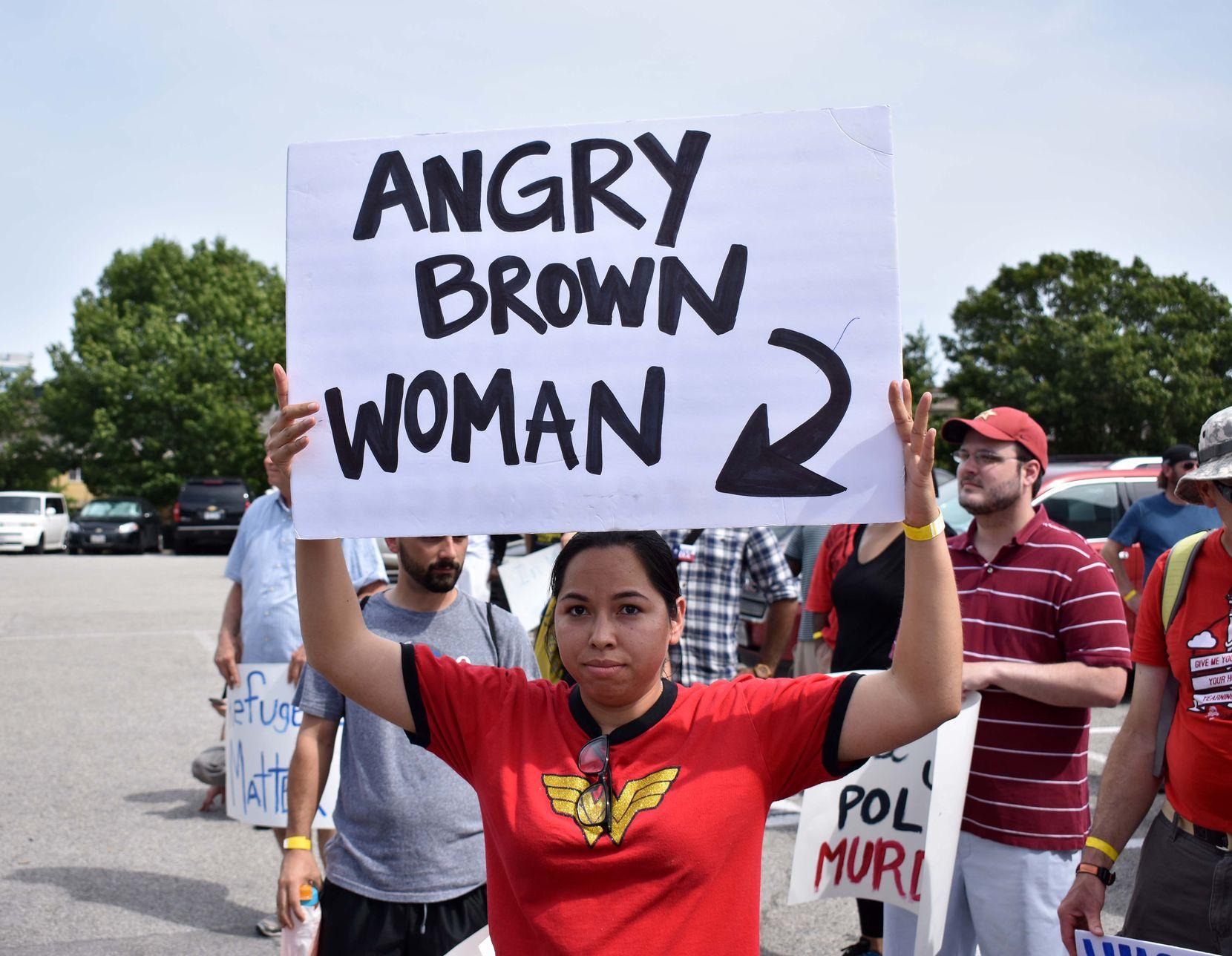 """Miembros de la organización """"North Texas Dream Team"""" estuvieron presentes en la protesta contra SB4. MARIANA SIERRA/ AL DÍA"""