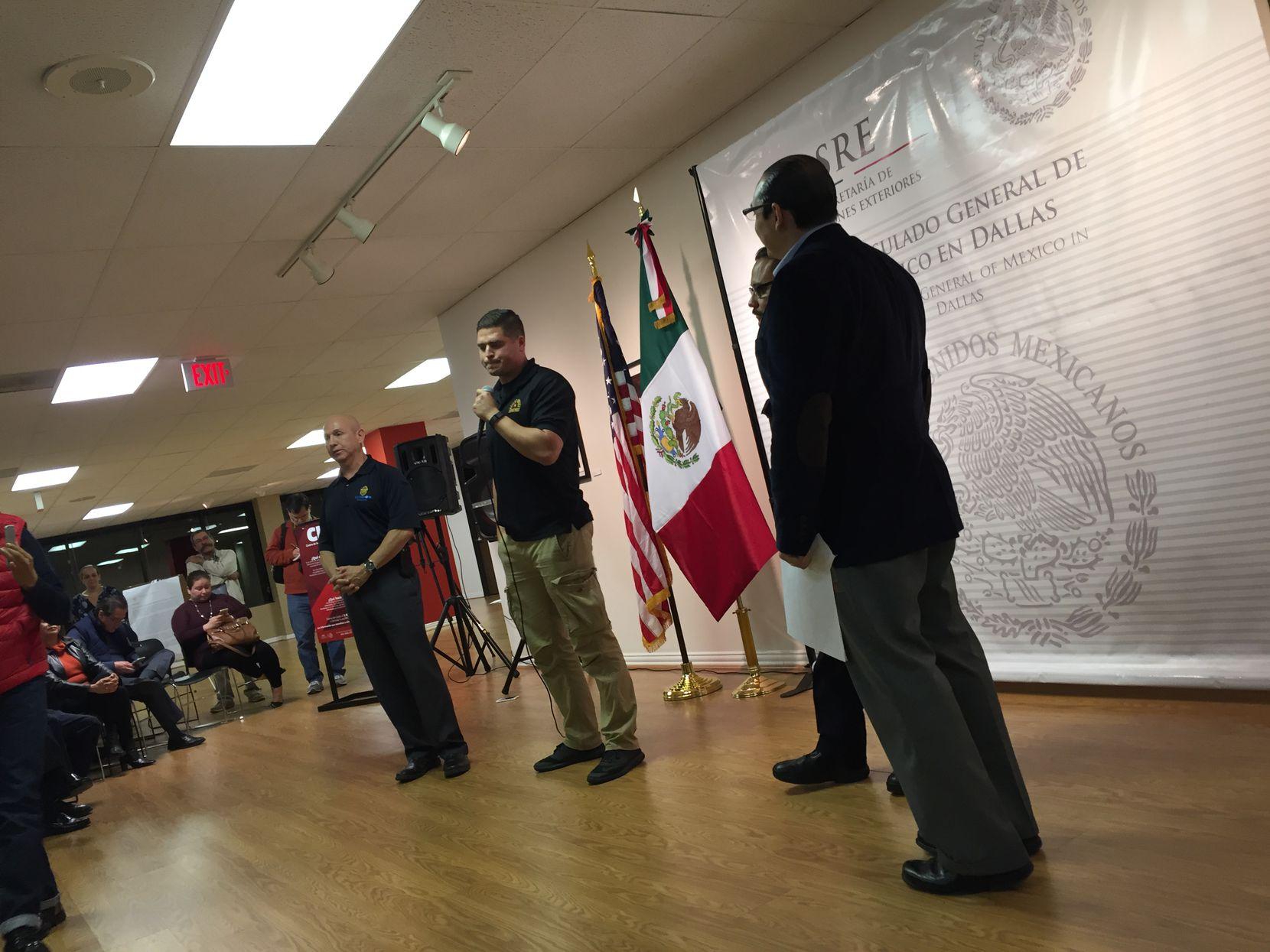 Funcionarios de la policía buscaron calmar los ánimos y aseguraron que no son una agencia migratoria. (ANA AZPURUA/AL DÍA)