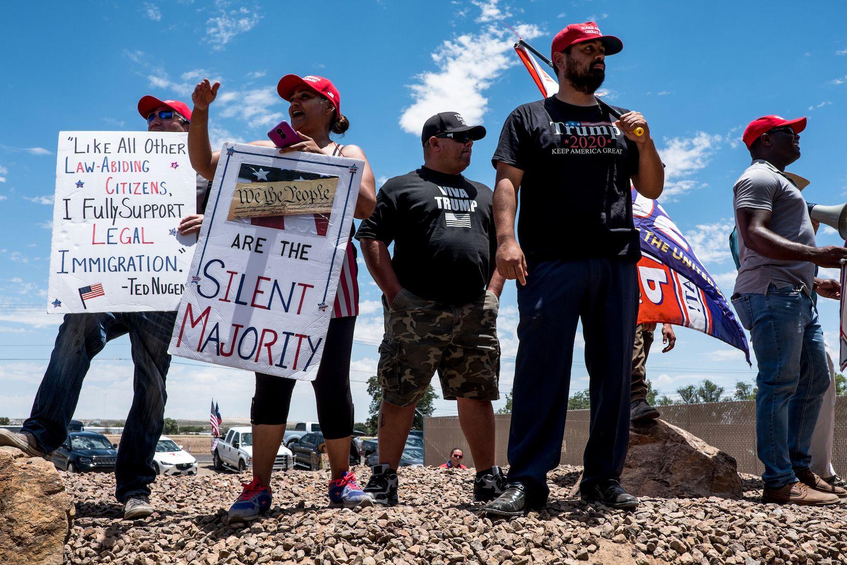 Personas que apoyan las políticas del presidente Donald Trump protestaron la visita de legisladores demócratas al centro de detención para menores migrantes en Clint, Texas. (Joel Angel Juárez/Colaborador especial DMN)