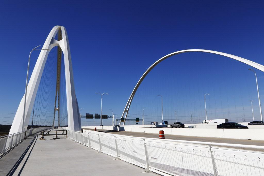 El paso peatonal y para bicicletas permanece cerrado por temor a factura de los cables del puente Margaret McDermott. (DMN/DAVID WOO)