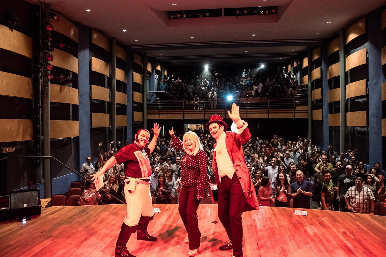 """Nelly Pujols, Emilio Lovera y Laureano Márquez en la presentación de la obra """"Histeria de Venezuela"""", llevada a cabo el 07 de octubre de 2018 en el Palace Theater de Grapevine, Texas. Pipoproductions LLC"""
