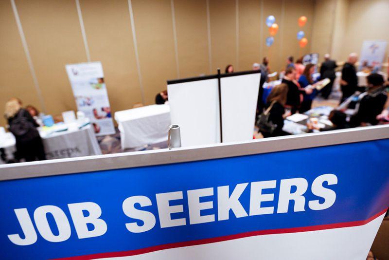 Personas buscan empleos en una feria de trabajo en Pittsburgh en 2016. La próxima semana habrá una feria de trabajo en Dallas. (AP)