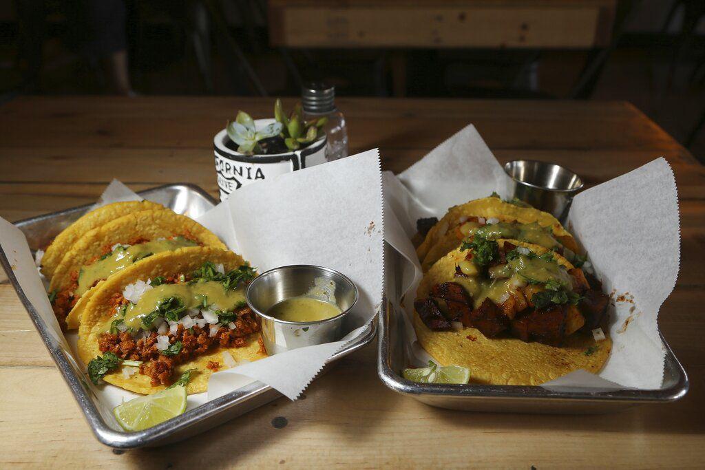 Tacos a base de plantas del menú del restaurante Earth Plant Based Cuisine de Phoenix. Foto del 18 de ocubre del 2019. (AP Photo/Ross D. Franklin)