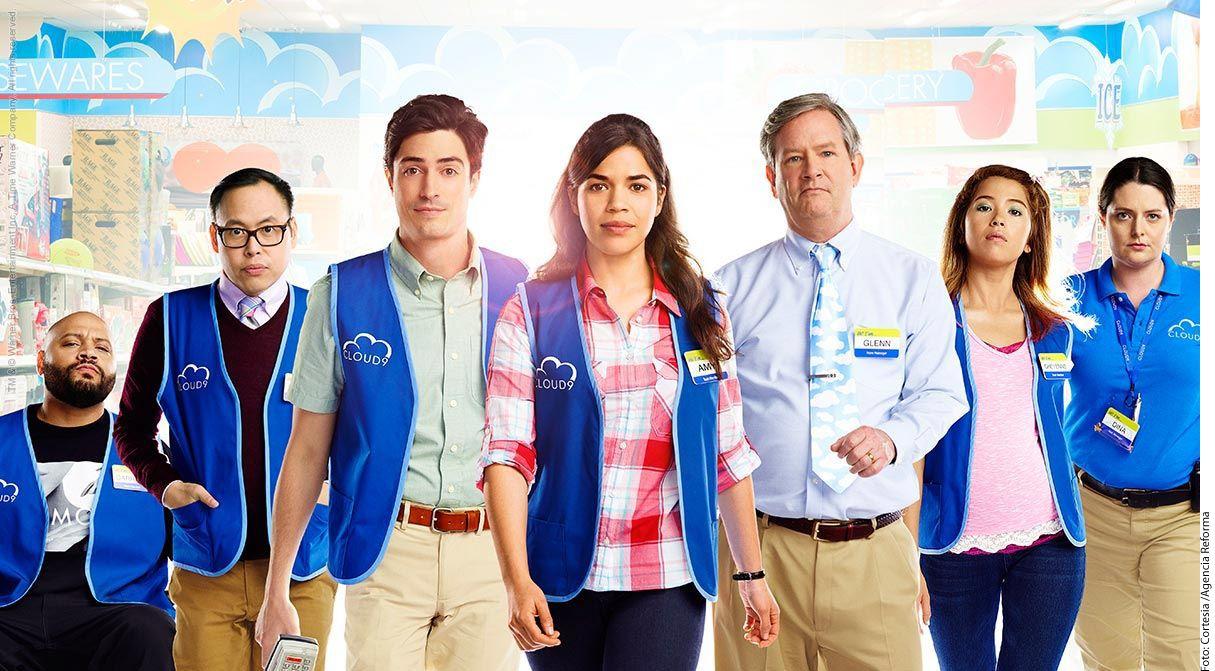 America Ferrara (centro) y Ben Feldman (tercero de izq. a der.) protagonizan 'Superstore', comedia de Justin Spitzer que se transmite por Warner Channel./AGENCIA REFORMA