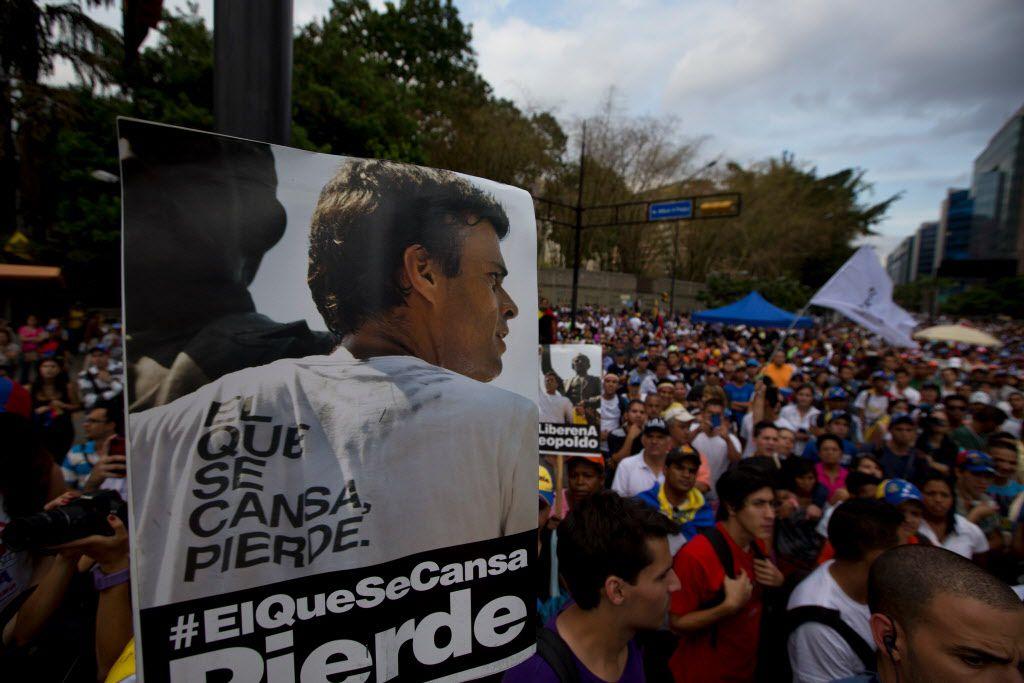 Un poster con la imagen del líder opositor de Venezuela Leopoldo Lopez. / AP