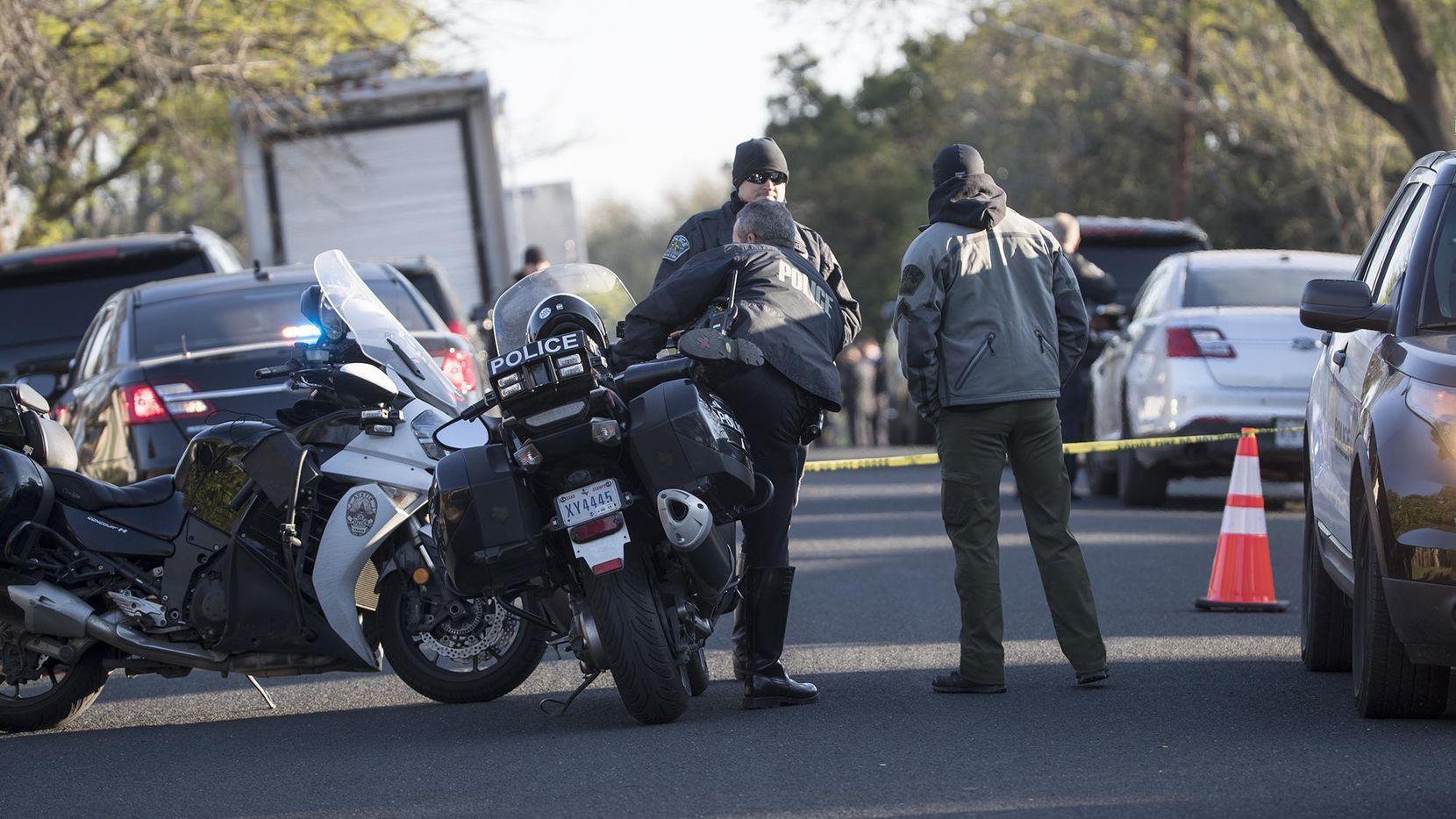 Autoridades policiales acordonaron el área residencial al este de Austin, en donde un paquete explotó y cobró la vida de una adolescente de 17 años.(AP)