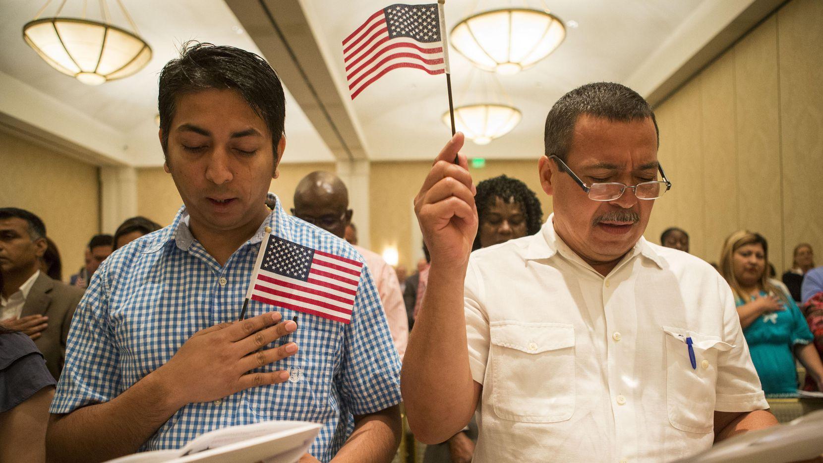 Sanjit Dhakal de Nepal y Emilio Vásquez de Honduras toman el juramento durante una ceremonía de naturalización el 29 de junio del 2017 en Dallas. (DMN/RYAN MICHALESKO)