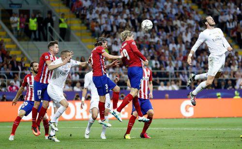 Real Madrid y Atlético de Madrid se enfrentaron el sábado en Milán. Fotos AP