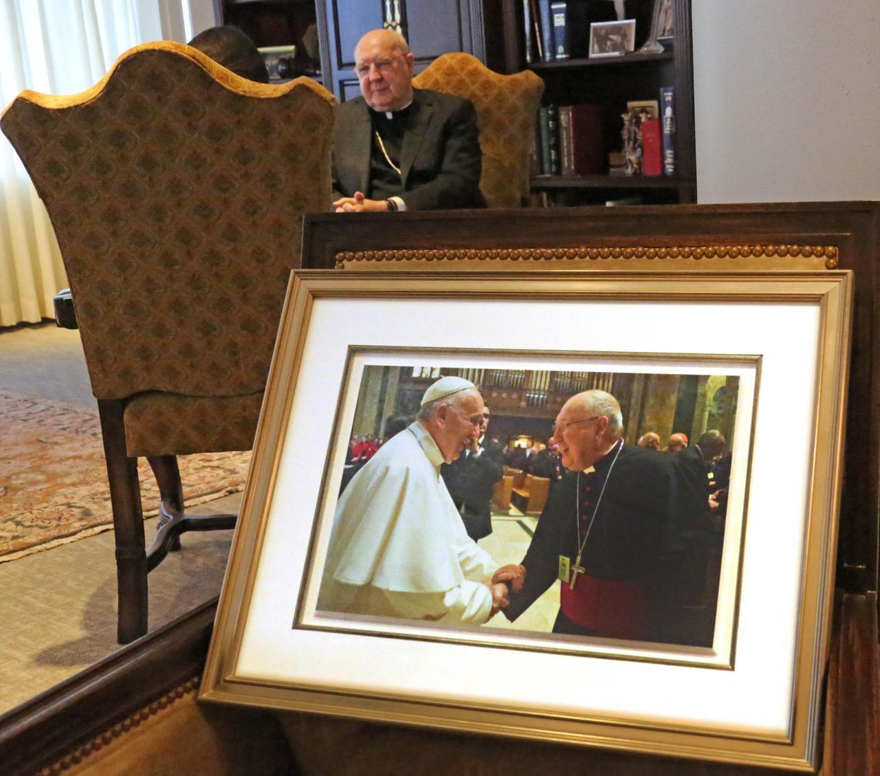 Una fotografía del obispo Kevin Farrell junto al papa Francisco en el despacho del obispo en Dallas. | LOUIS DeLUCA/DMN