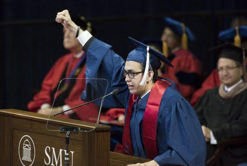 José Manuel Santoyo dio el discurso de graduación en SMU en 2016. DMN
