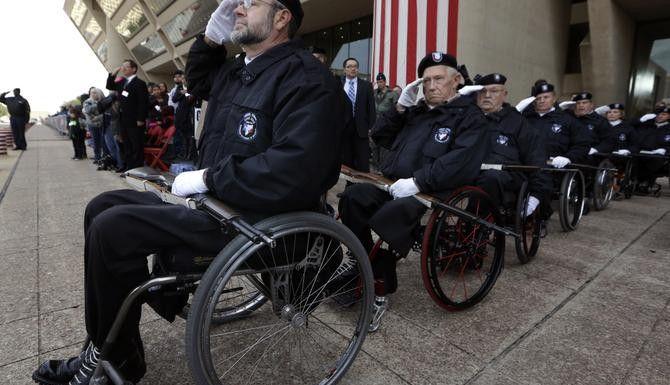 John Fay (izq.) encabeza un grupo de veteranos discapacitados durante el desfile del Día de los Veteranos el martes en Dallas. (AP/LM OTERO)