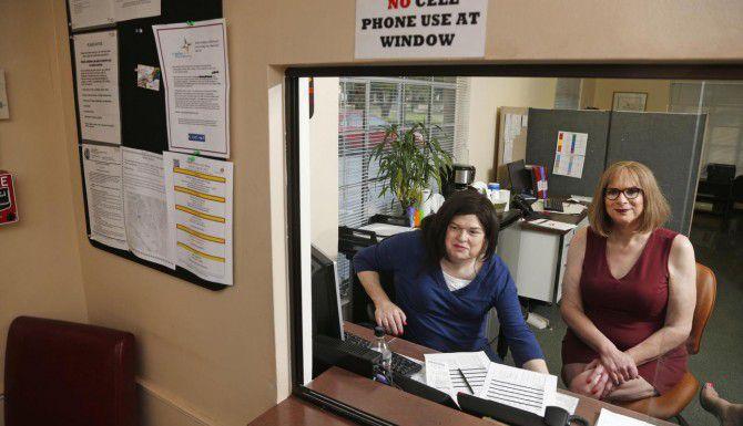 Wendy Marsden (izq.) y Paula Ellis atienden la oficina del Centro de Recursos en Dallas, la cual provee información de apoyo para personas transgénero. (DMN/MICHAEL AINSWORTH)