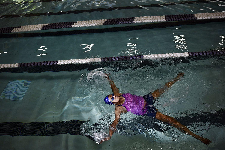 Dee Santosh, 43, nadando en la piscina techada Bachman Indoor Pool en mayo 2018. (Por BEN TORRES / ESPECIAL PARA AL DÍA)