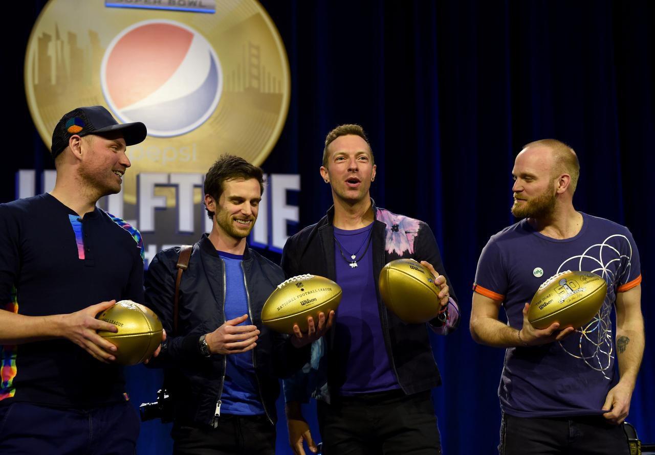 Jonny Buckland, Guy Berryman, Chris Martin y Will Champion, integrantes de Coldplay, grupo que se encargará del Show de Medio Tiempo en el Super Bowl (AFP/GETTY IMAGES/TIMOTHY A. CLARY)