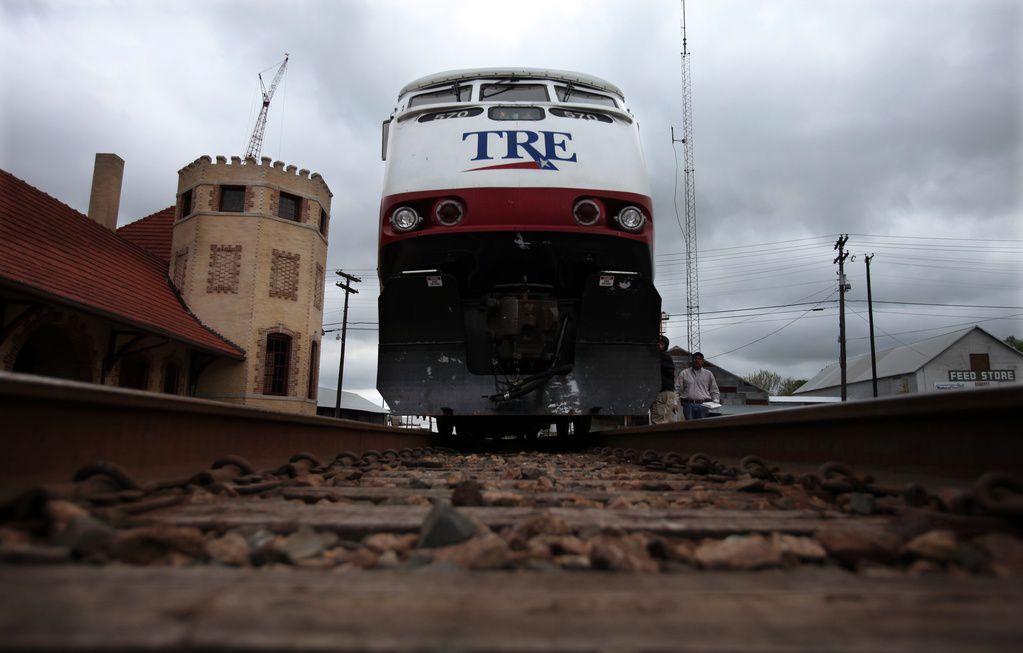 Un tren del Trinity Railway Express atropelló a un peatón y lo mató. DMN
