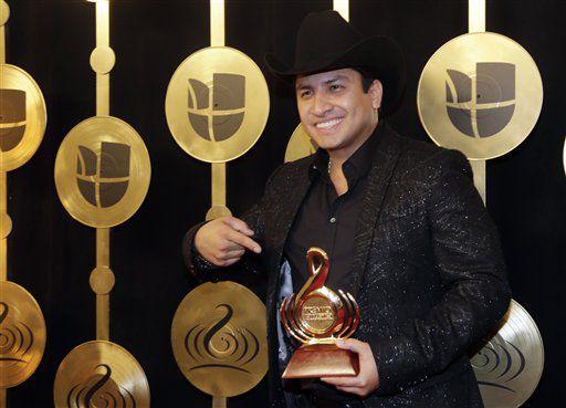 Julión Alvarez posa tras ganar el Premio Lo Nuestro al artista banda del año en la categoría regional mexicana, el jueves 23 de febrero del 2017 en Miami. (AP Foto/Lynne Sladky)