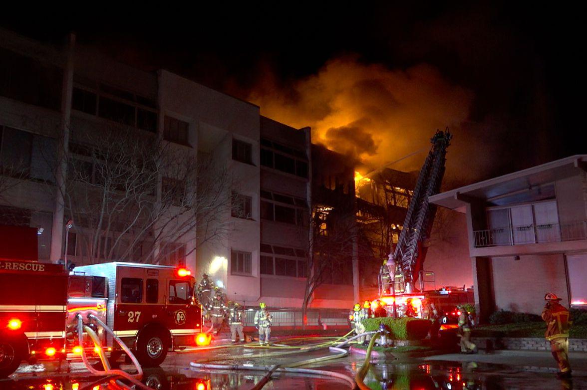 El cuerpo de bomberos de Dallas batalló con un incendio que se desató el viernes por la noche y duró hasta el domingo en la tarde.