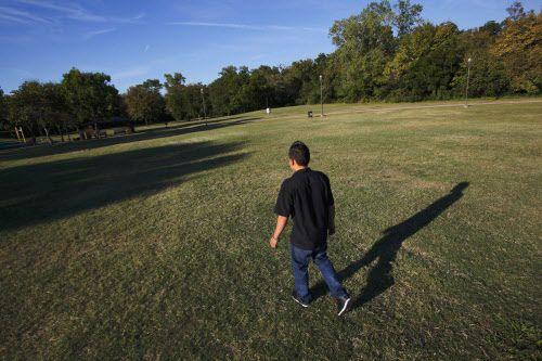 Antonio extraña lo fácil que era armar un partido de futbol en el pueblo donde vivía en El Salvador.