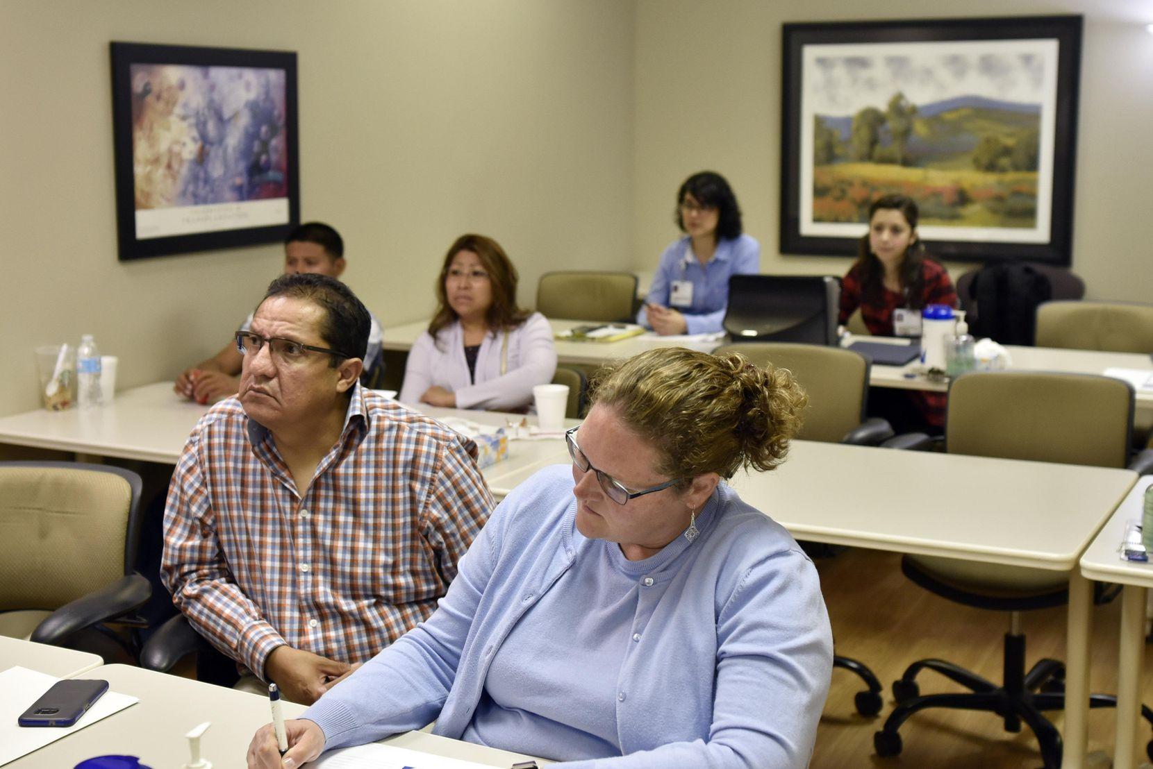 Pacientes reciben información sobre trasplante de riñón en The Dallas Nephrology Clinic, en Dallas. BEN TORRES/AL DÍA