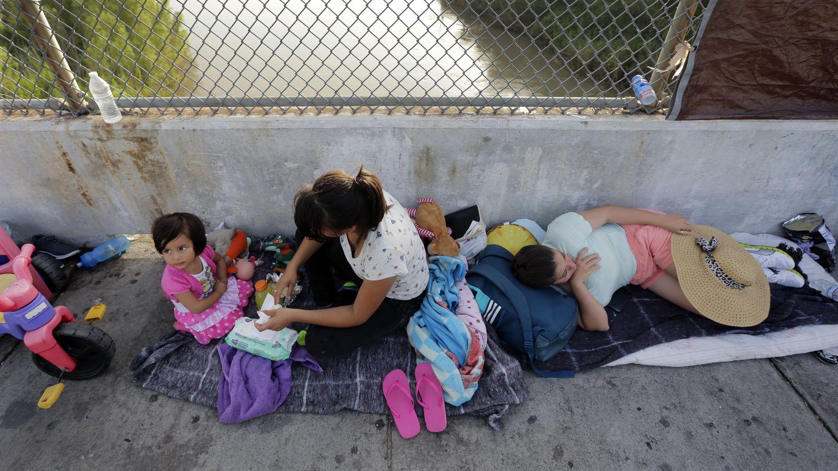 Inmigrantes de Cuba y Guatemala esperan en el puente internacional Rio Grande, al sur de Texas, para poder pedir una visa de acceso a Estados Unidos.